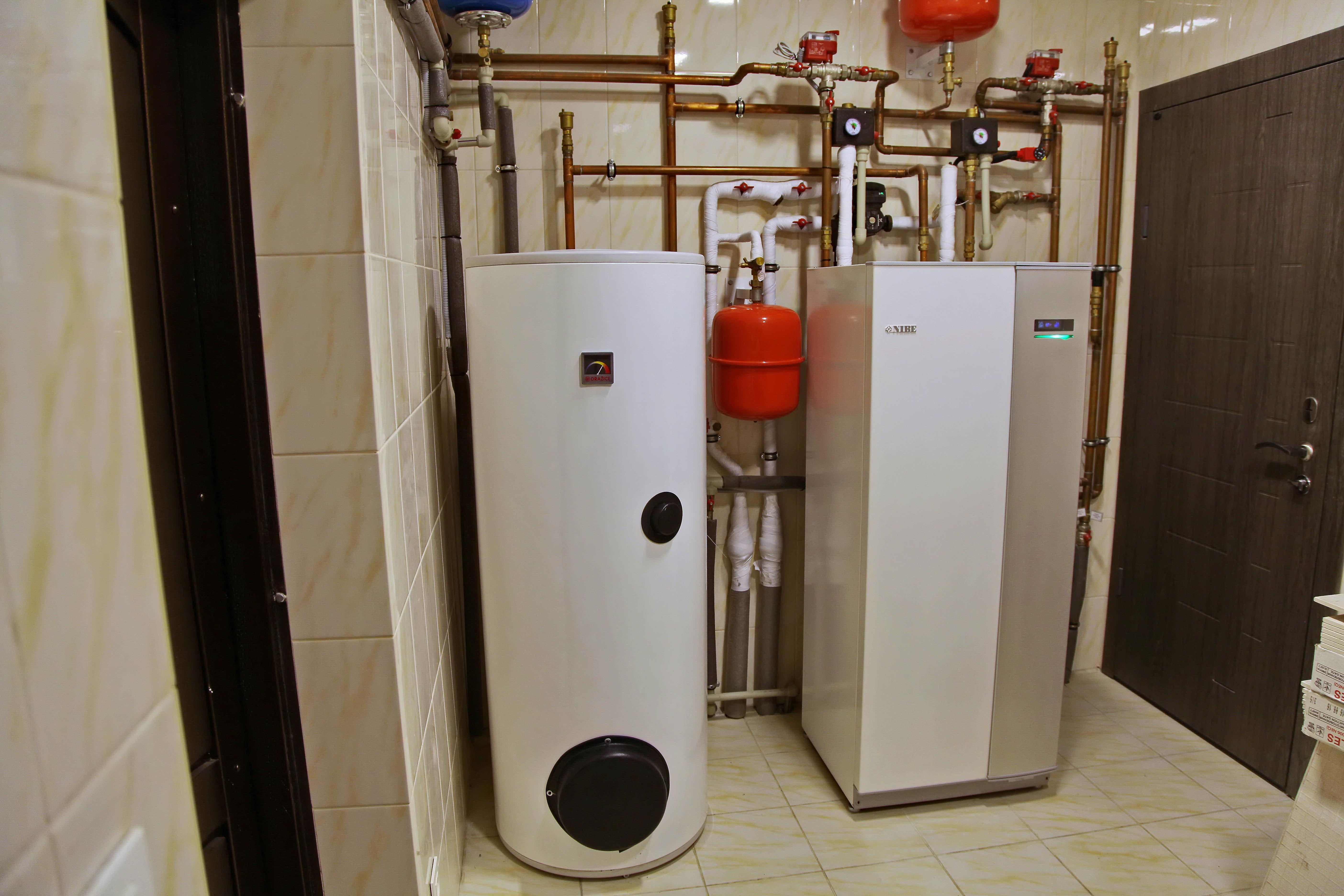 2017 год,  Святопетровское. Дом 200 кв м. Геотермальный тепловой насос NIBE F1145 PC 10 кВт (Швеция) обеспечивает экономичное отопление дома, нагрев бассейна, приготовление горячей воды в 200 л эффективном бойлере. Летом тепловой насос обеспечивает охлаждение дома холодными потолками.