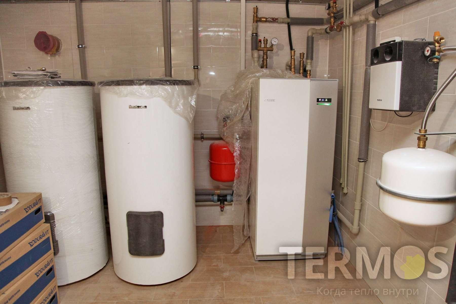 Приготовление горячей воды обеспечивают гелиосистема с догревом от теплового насоса