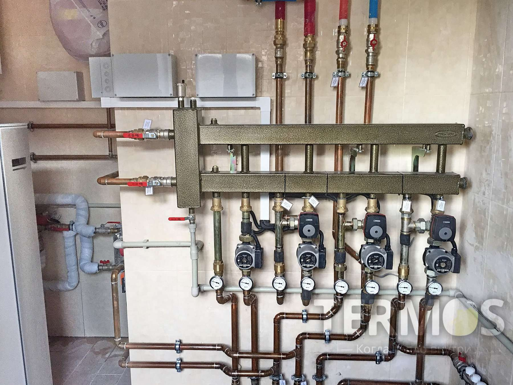 Низкотемпературная система отопления: контур радиаторов увеличенной мощности, контуры теплого пола, контуры теплых стен