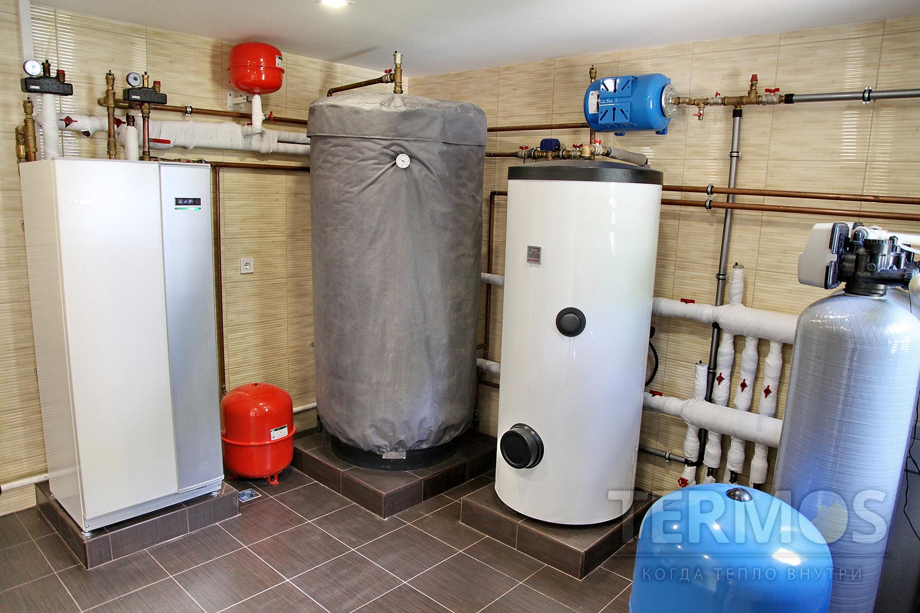 с. Мархалевка. Дом 260 кв м. Тепловой насос обеспечивает отопление дома и приготовление ГВС в 300 л эффективном бойлере. Буферная емкость позволяет аккумулировать тепло вовремя ночного тарифа