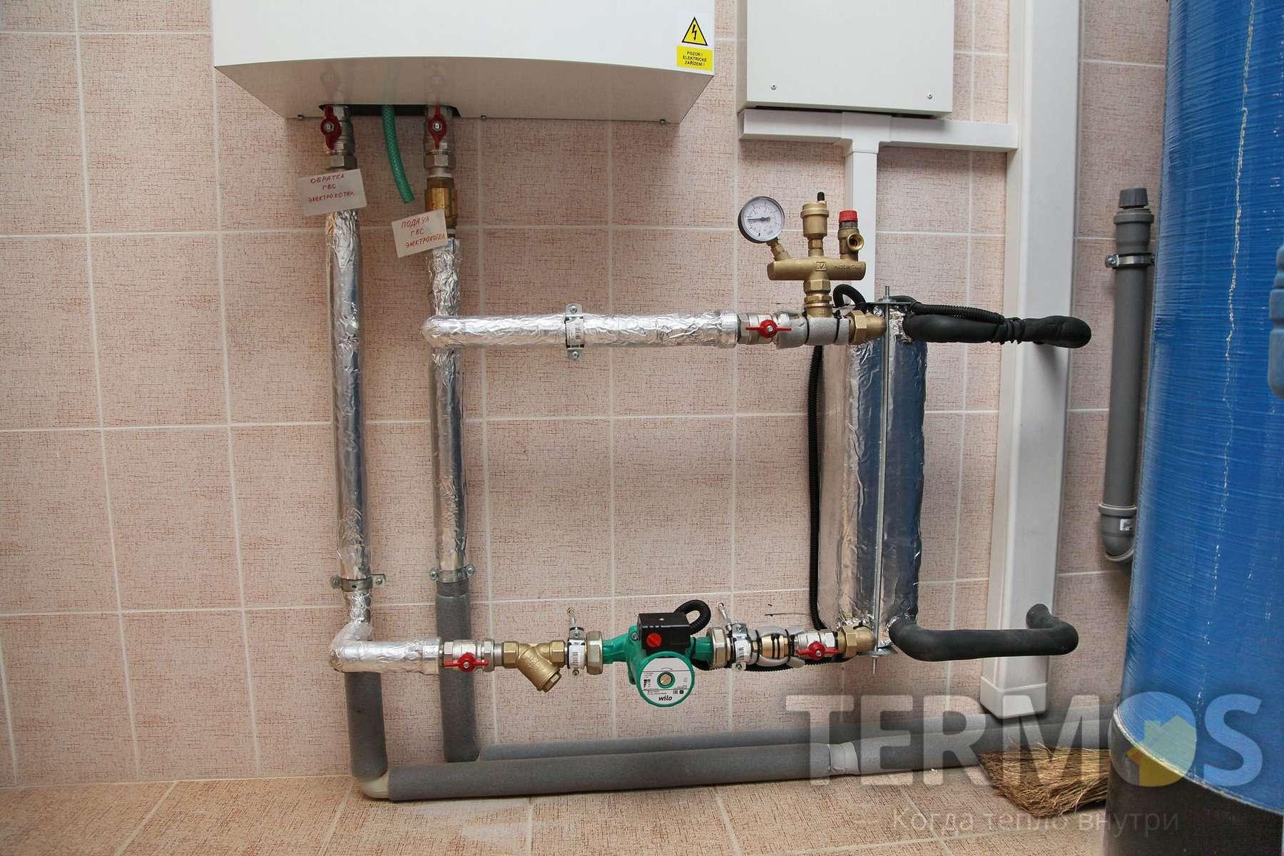Наружный блок передает тепло в систему отопления через теплообменник фреон/вода