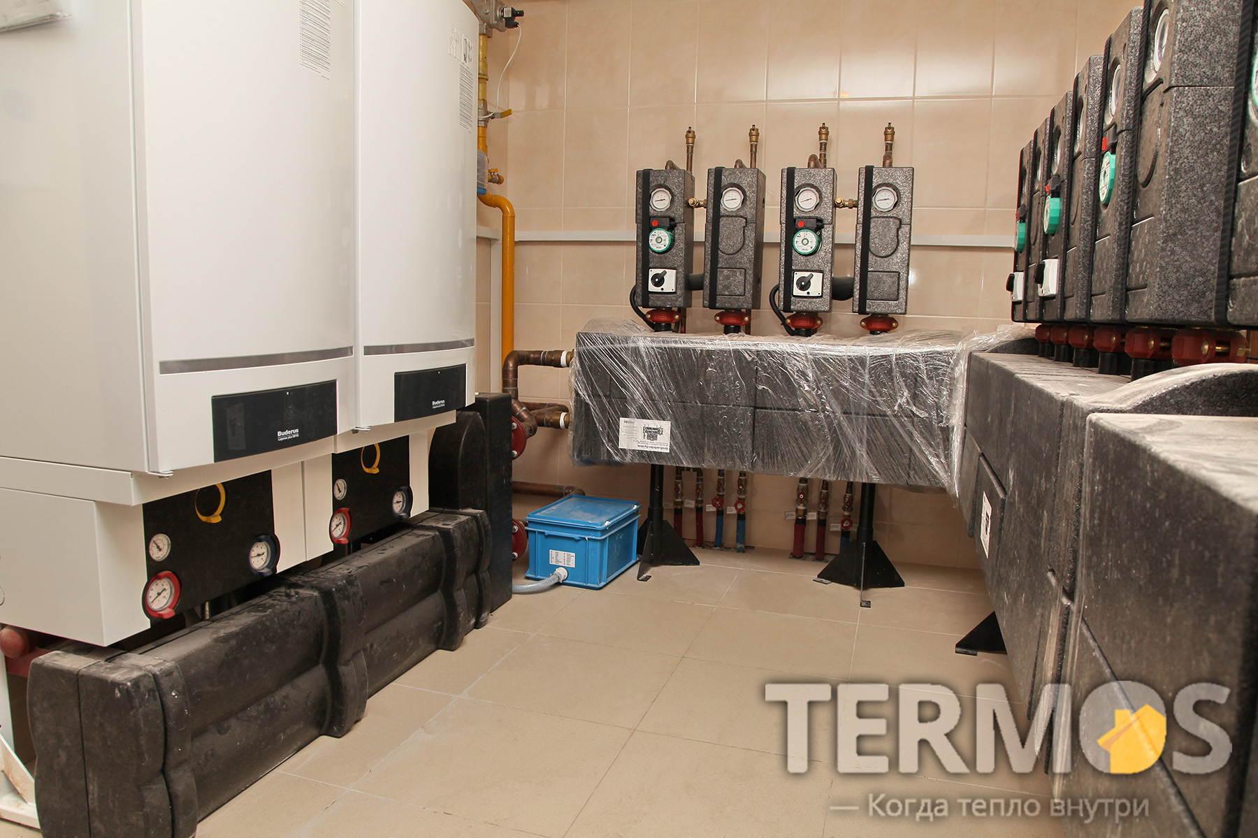 Автоматическая комбинированная система отопления на двух конденсационных котлах BUDERUS GB162 по 80 кВт работающих в каскаде и дублирующем твердотопливном котле Buderus Logica 100 кВт, с автоматическим переключением.