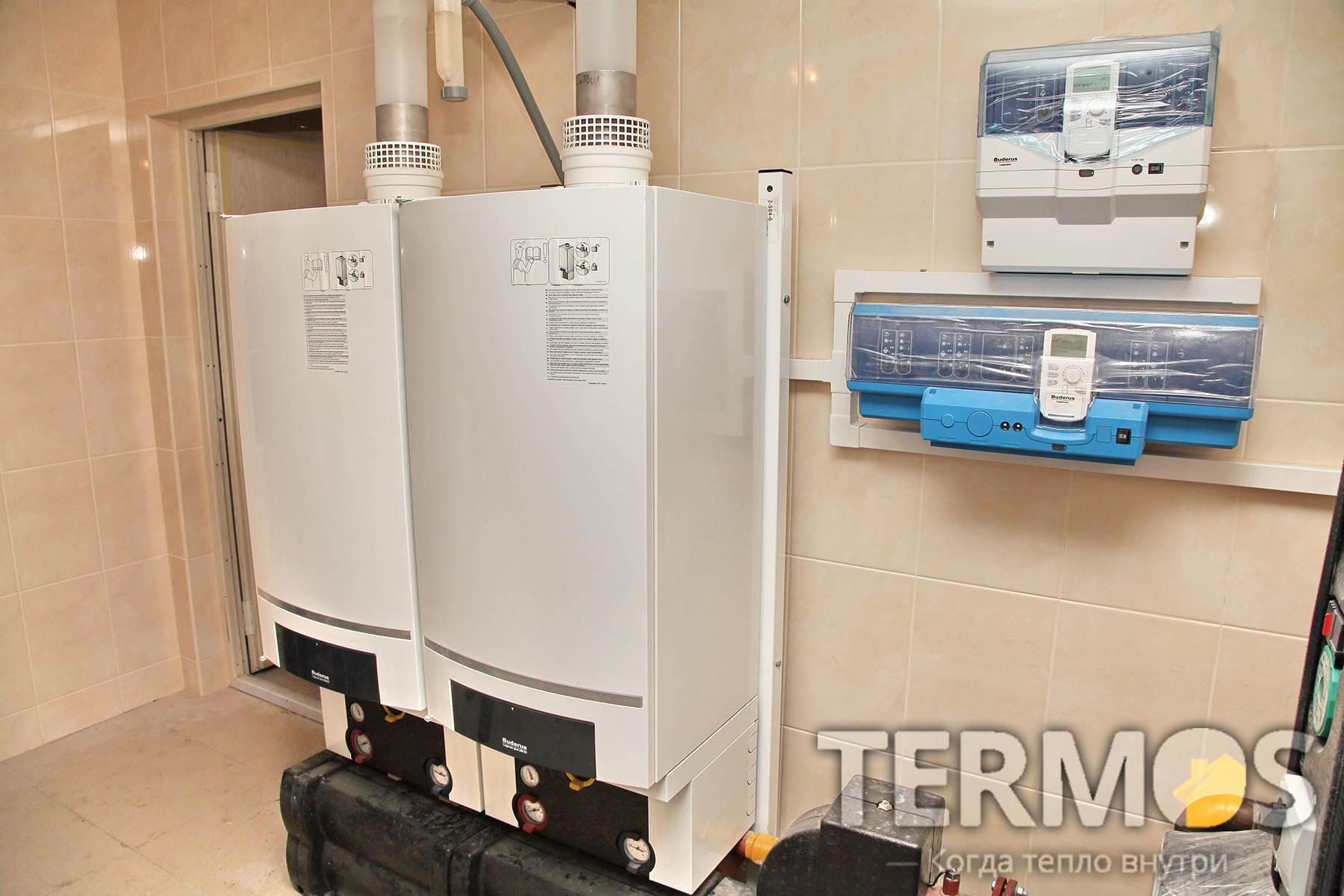 Каскадная схема работы конденсационных котлов: при запросе тепла от системы отопления, включает один котел, увеличивает его мощность и если её не достаточно, включает второй котел. Общая наработка котлов поддерживается одинаковой.