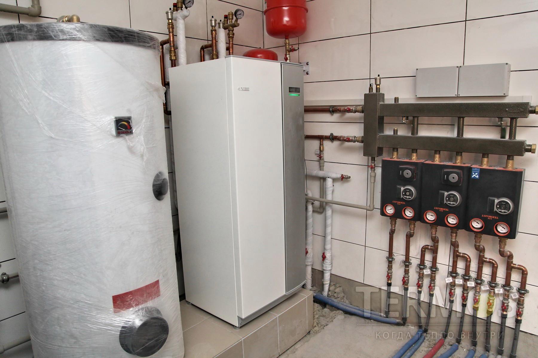Золочи. Дом 240 кв м. Теотермальный тепловой насос NIBE F1145 12 кВт, c коэффициентом COP – 4,81 обеспечивает отопление дома, отопление бани, ГВС