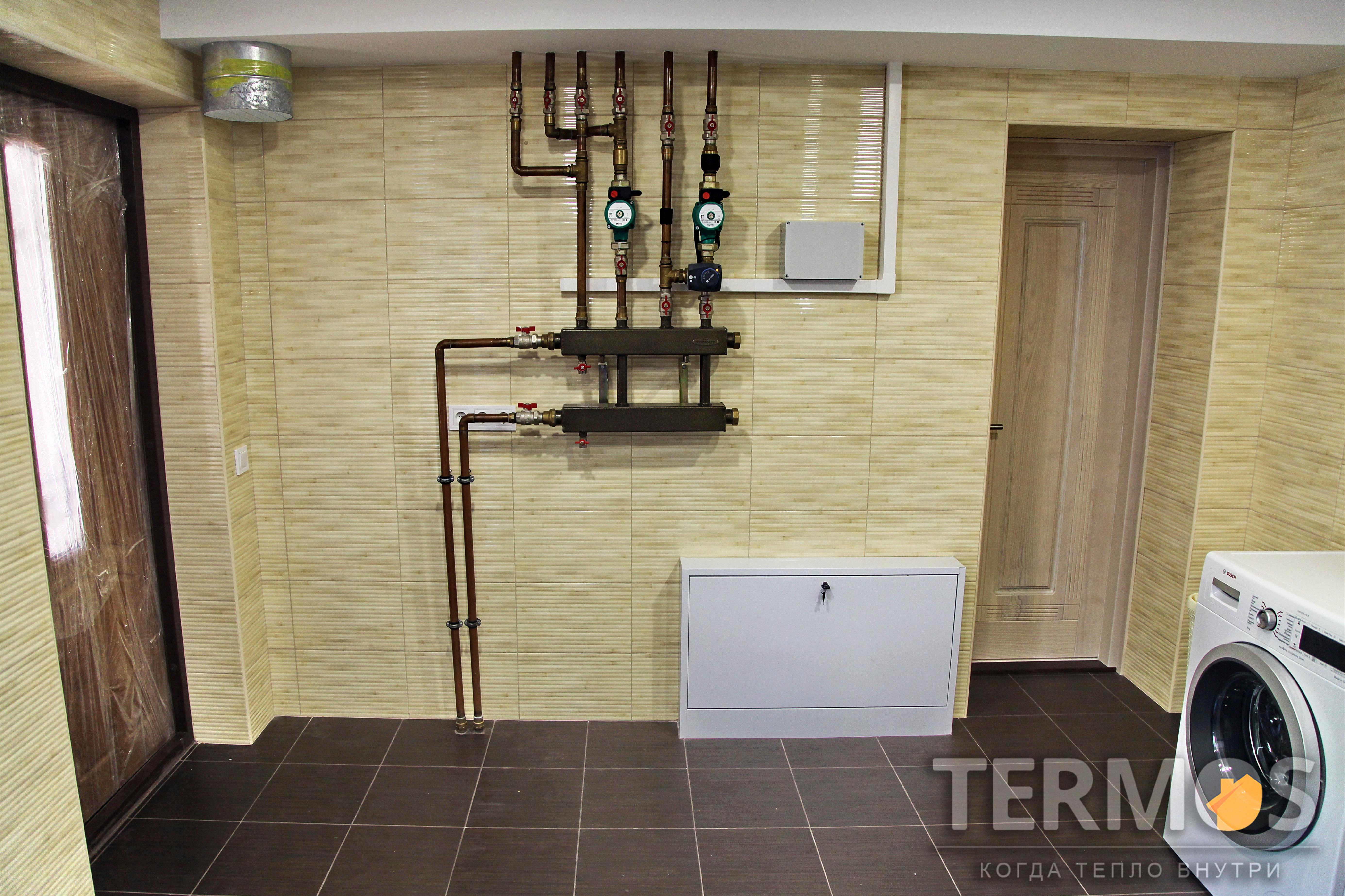 Тепловой насос обеспечивает отопление дома радиаторами, фанкойлами и теплым полом, приготовление горячей воды в 300 л эффективном бойлере, управление системой через интернет