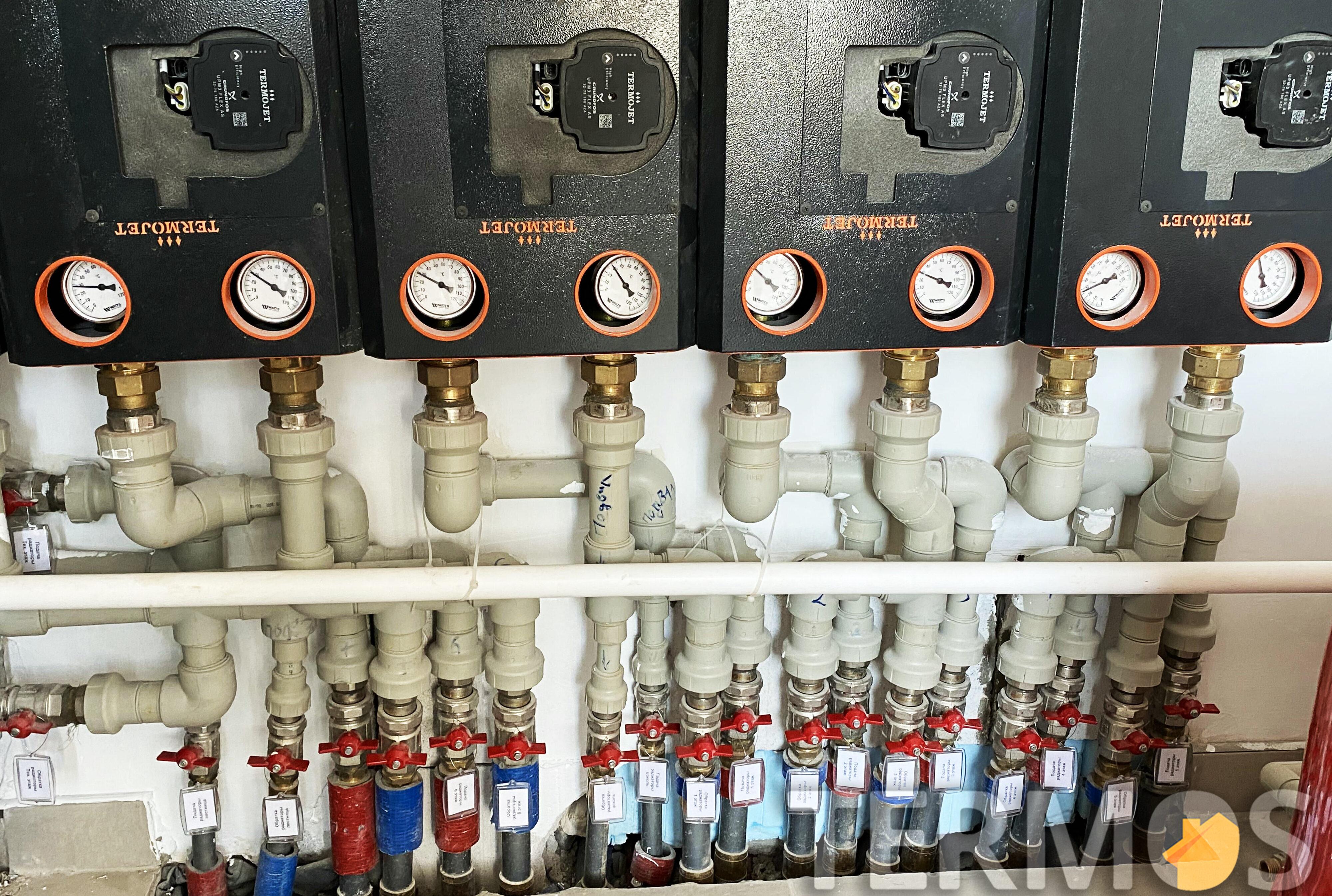 Насосные группы подачи тепла на каждый этаж оснащены циркуляционными насосами с частотным управлением
