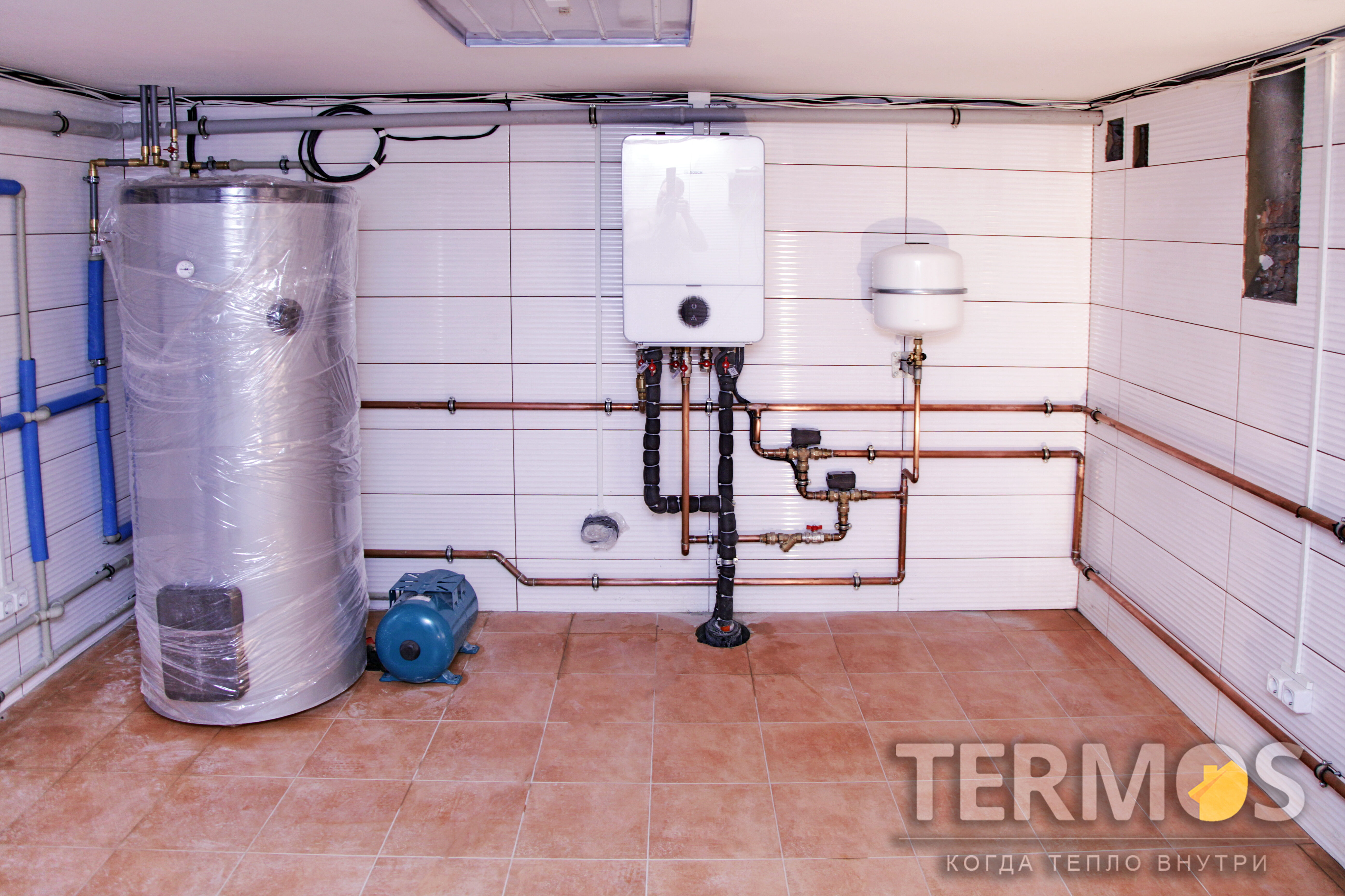 Внутренний блок воздушного теплового насоса с автоматикой управления. Высокоэффективный бойлер нагрева горячей воды 280 л