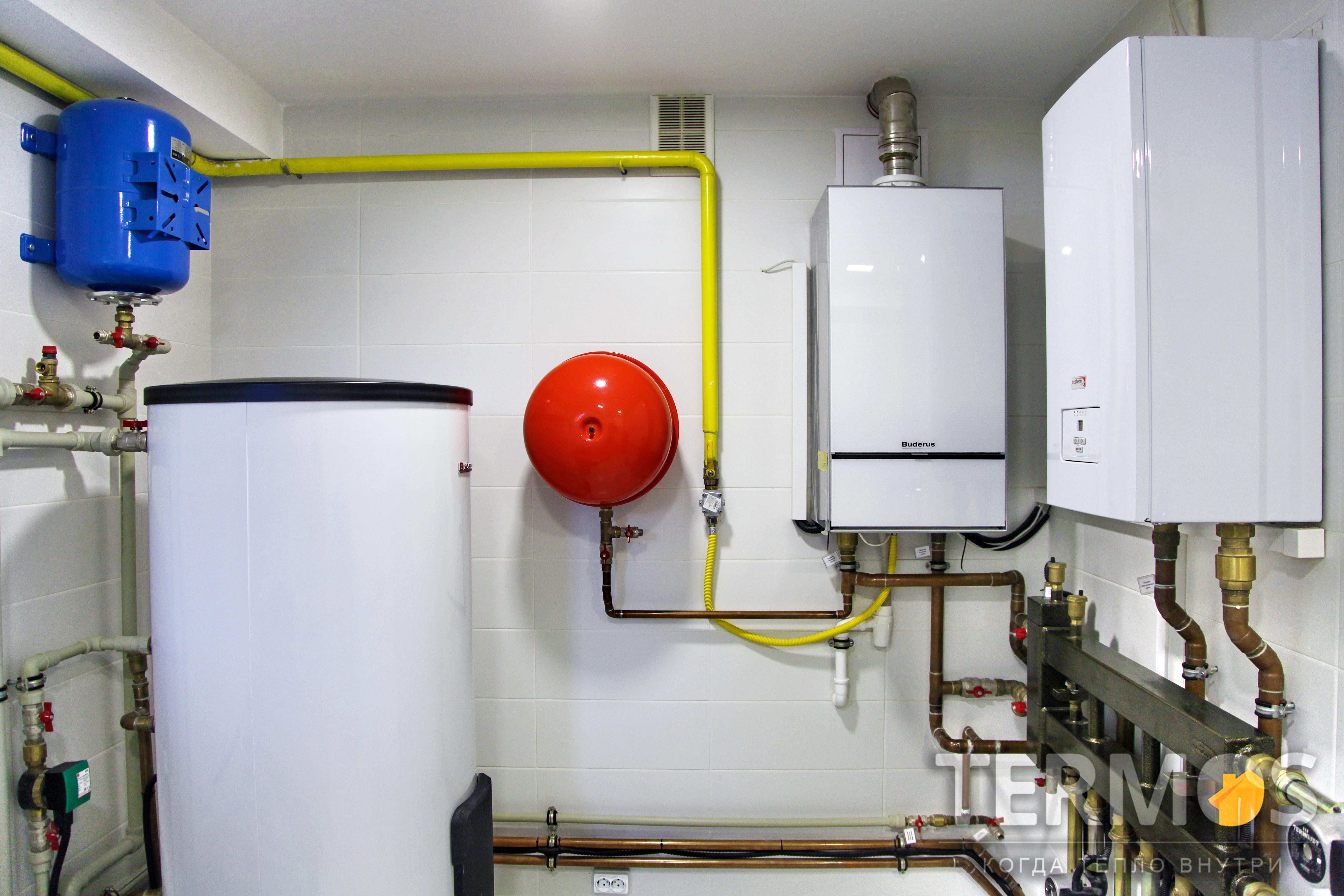 Дом 350 кв м. Система отопления на газовом конденсационном котле Buderus (Германия) 42 кВт и дублирующем электрическом котле Proterm (Чехия) 28 кВт