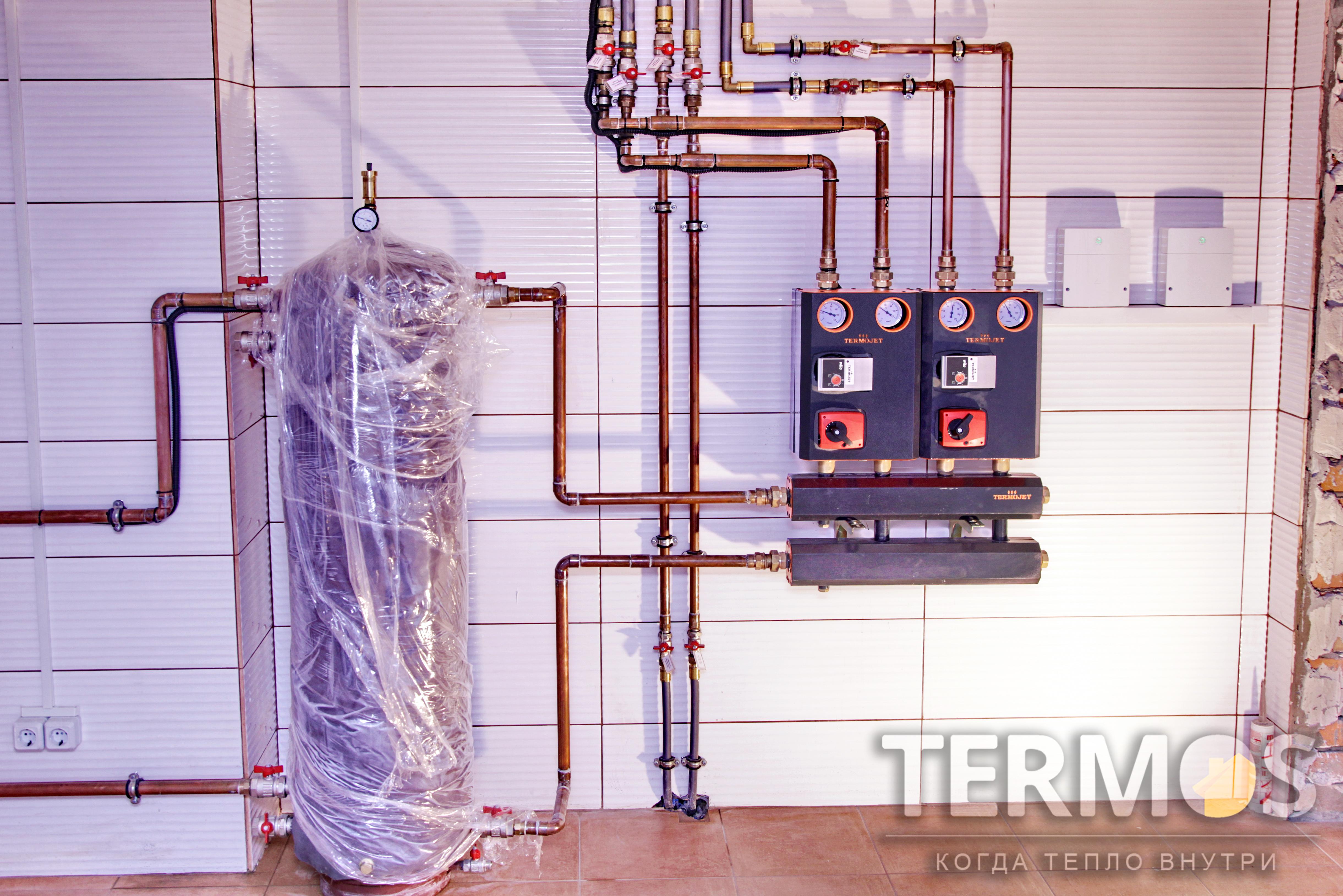 Отопление дома производится контуром радиаторов и контуром теплого пола с погодозависимым управлением