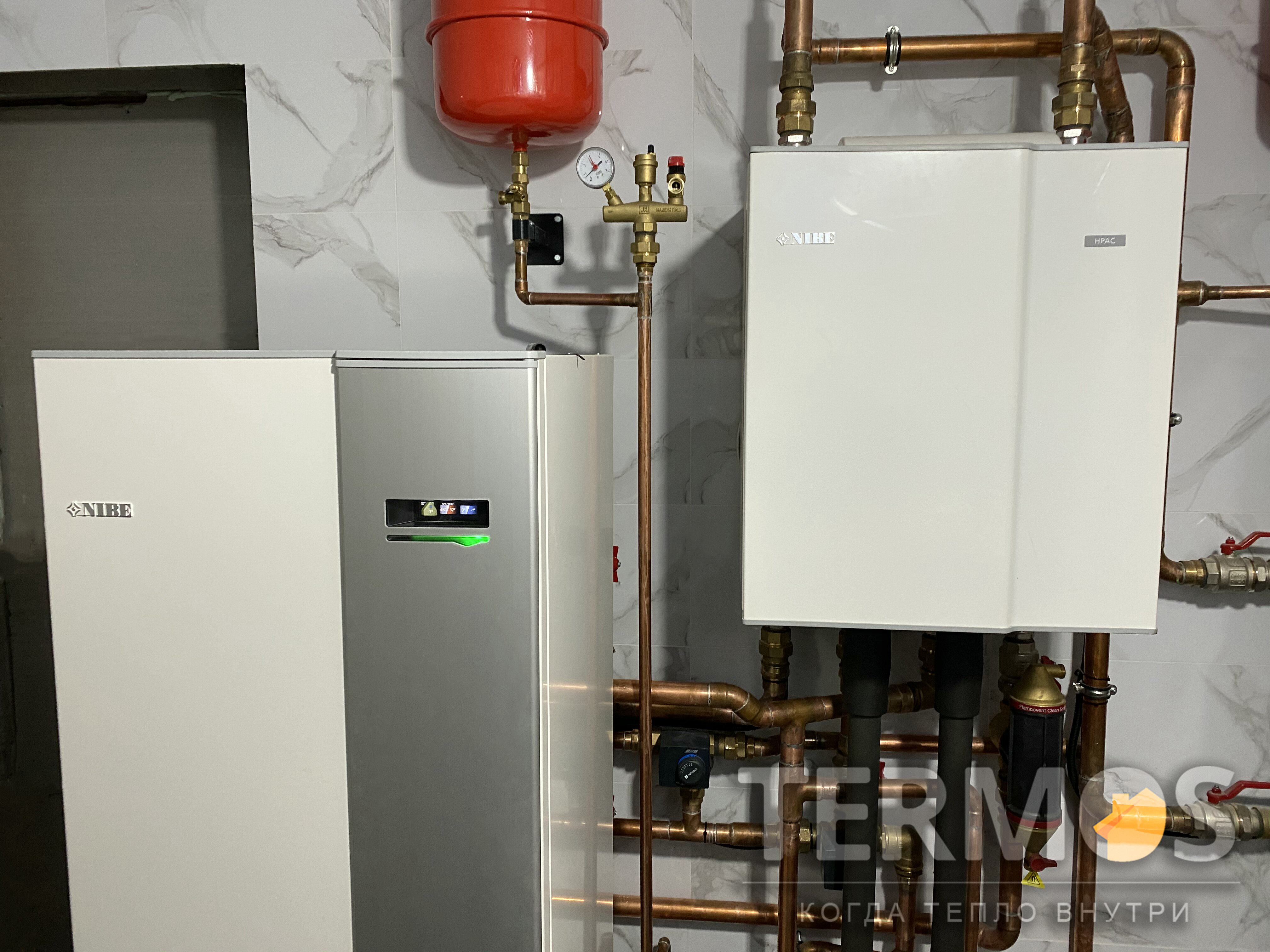 Функции пассивного / активного охлаждения дома летом, в автоматическом режиме, обеспечивает блок NIBE HPAC. Пассивное охлаждение, практически бесплатное, за счет циркуляции рассола через геотермальные зонды. Активное охлаждение обеспечивает включение компрессорного блока