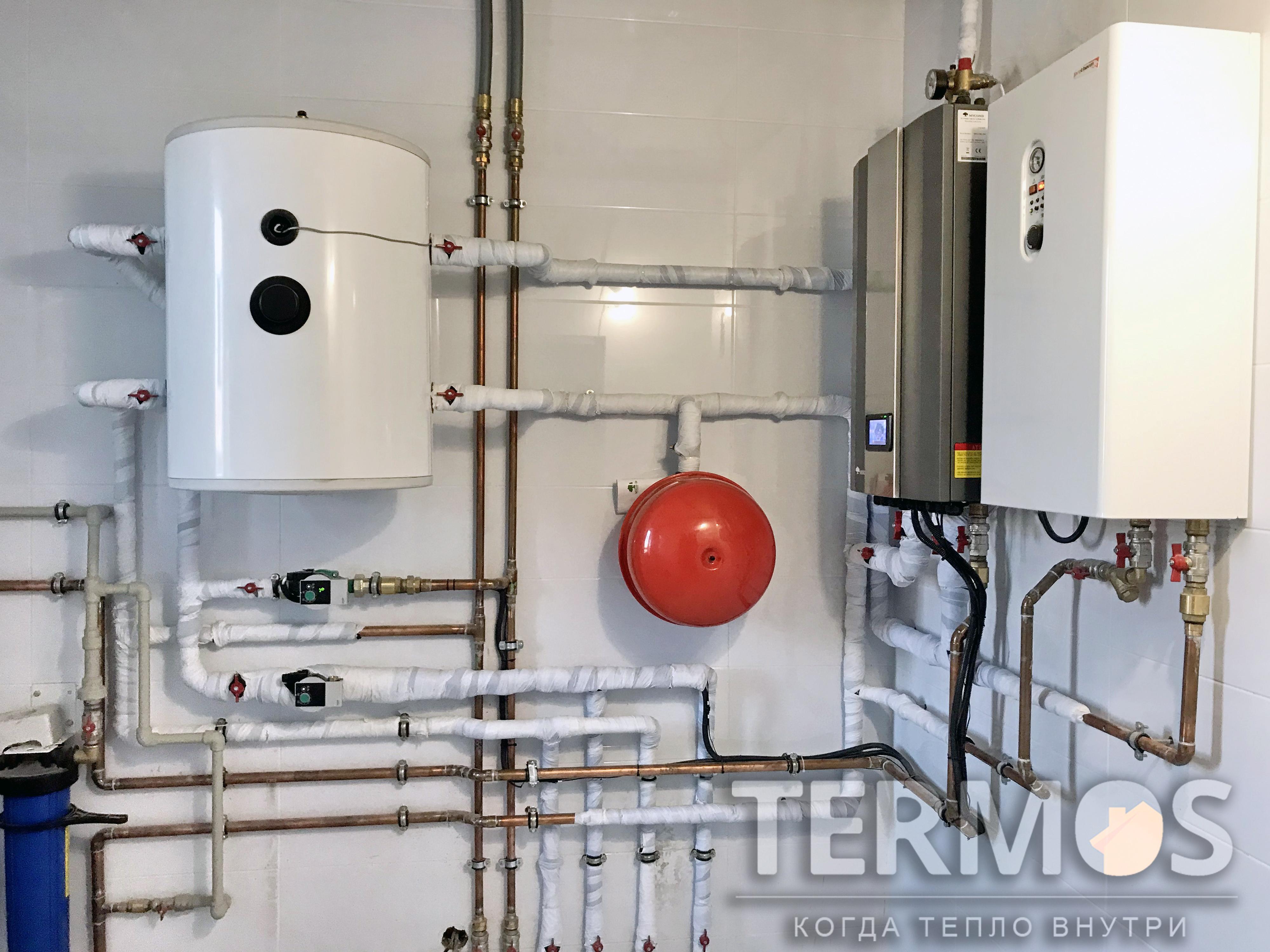 Отопление производится контуром радиаторов и контуром теплого пола в погодозависимом режиме