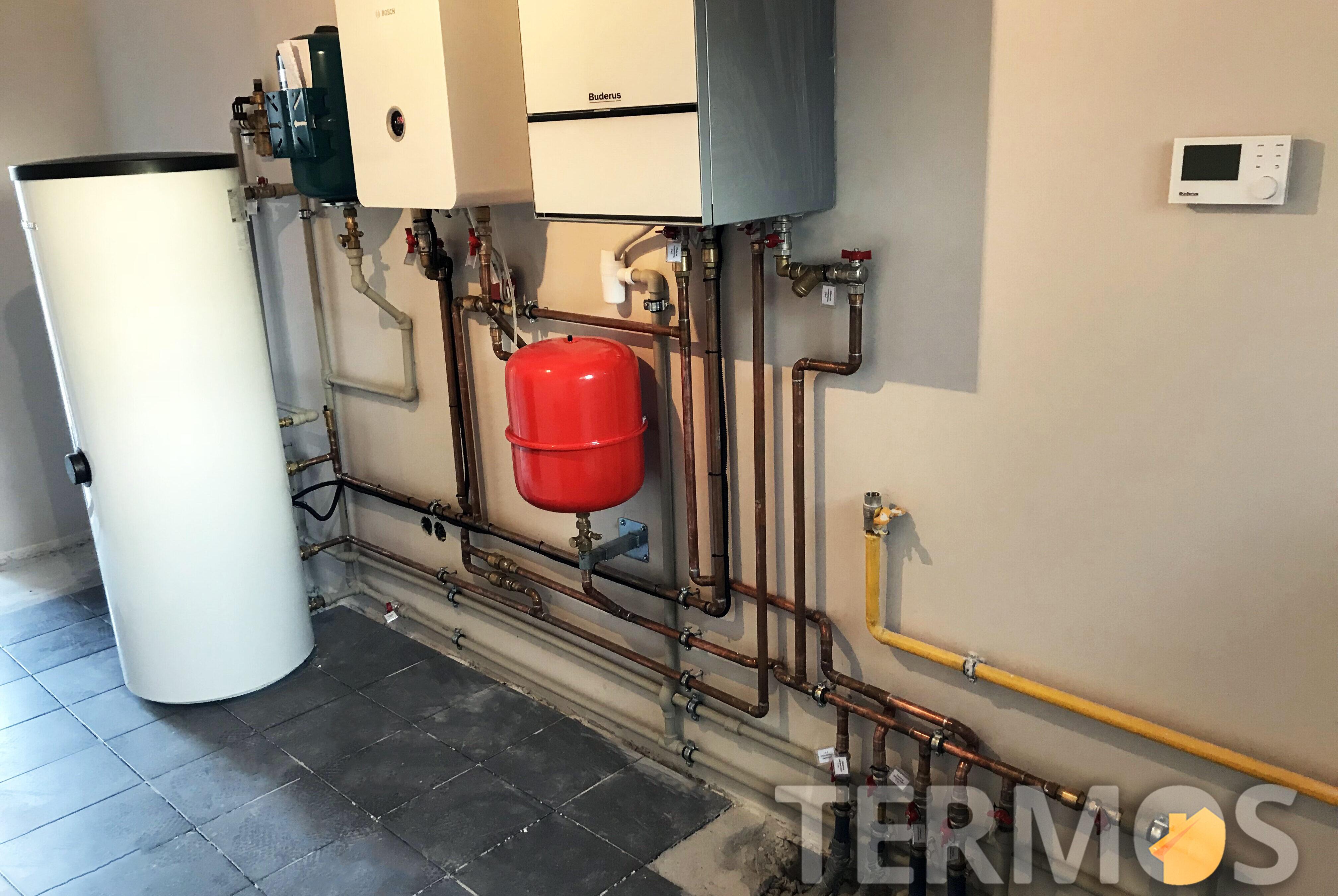 Функции системы отопления - погодозависимое отопление радиаторами, теплым полом, приготовление горячей воды в 300 л бойлере косвенного нагрева, рециркуляция ГВС