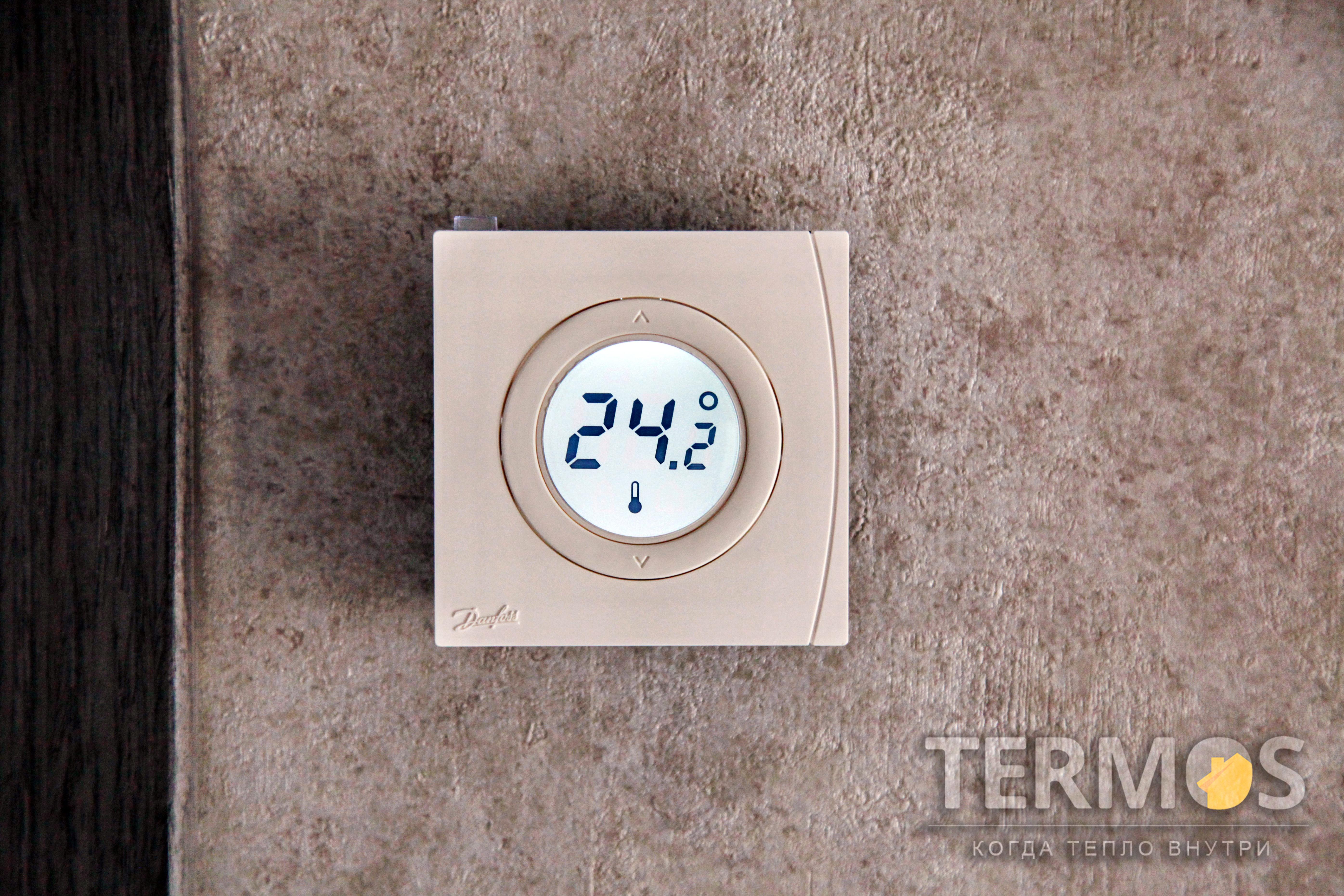 Беспроводной комнатный термостат. Позволяет менять температуру непосредственно в помещении. Так же изменить температуру можно с центральной панели или удаленно через интернет