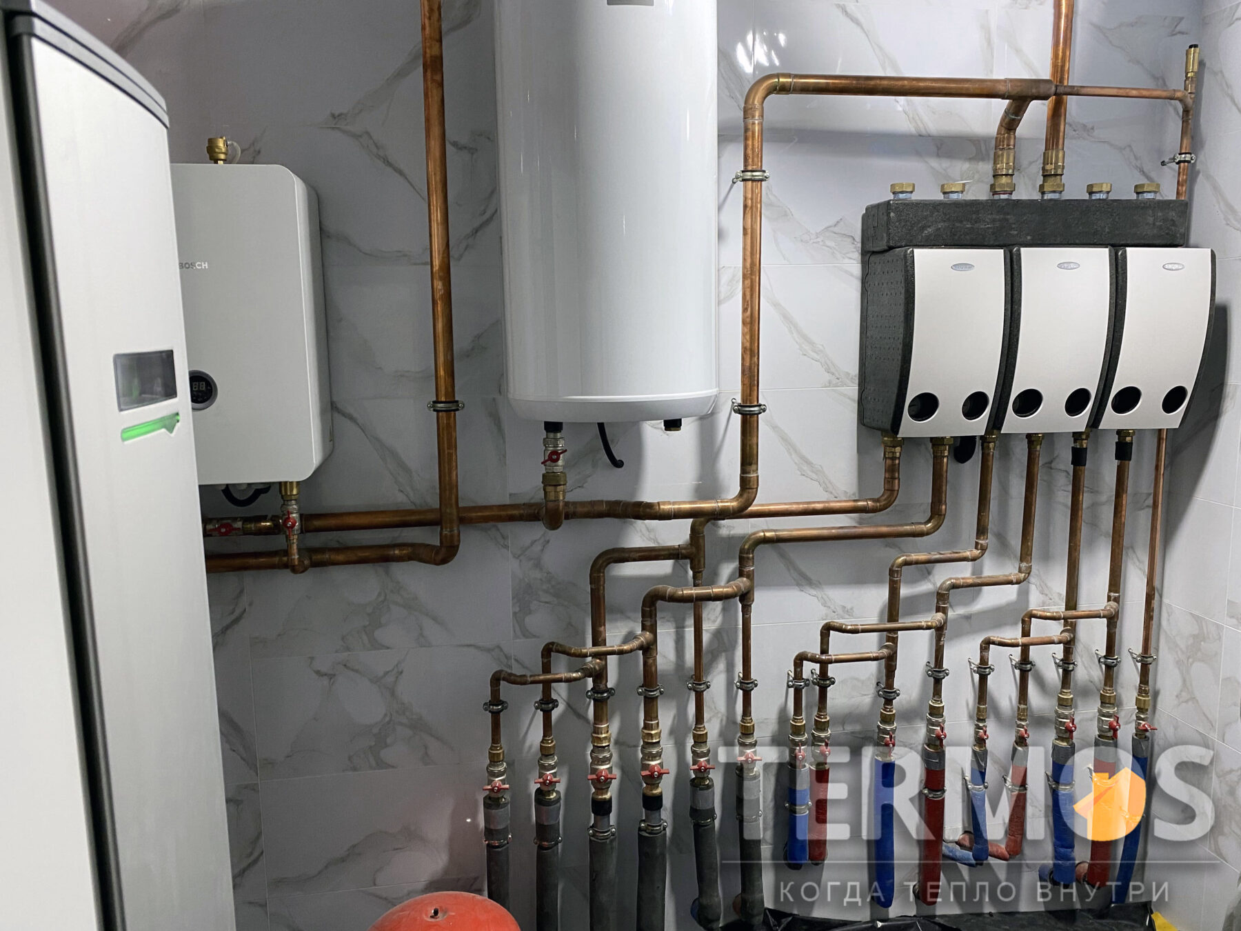 Опалення будинку забезпечують насосні групи теплої підлоги, дизайн радіаторів і внутріпольних конвекторів