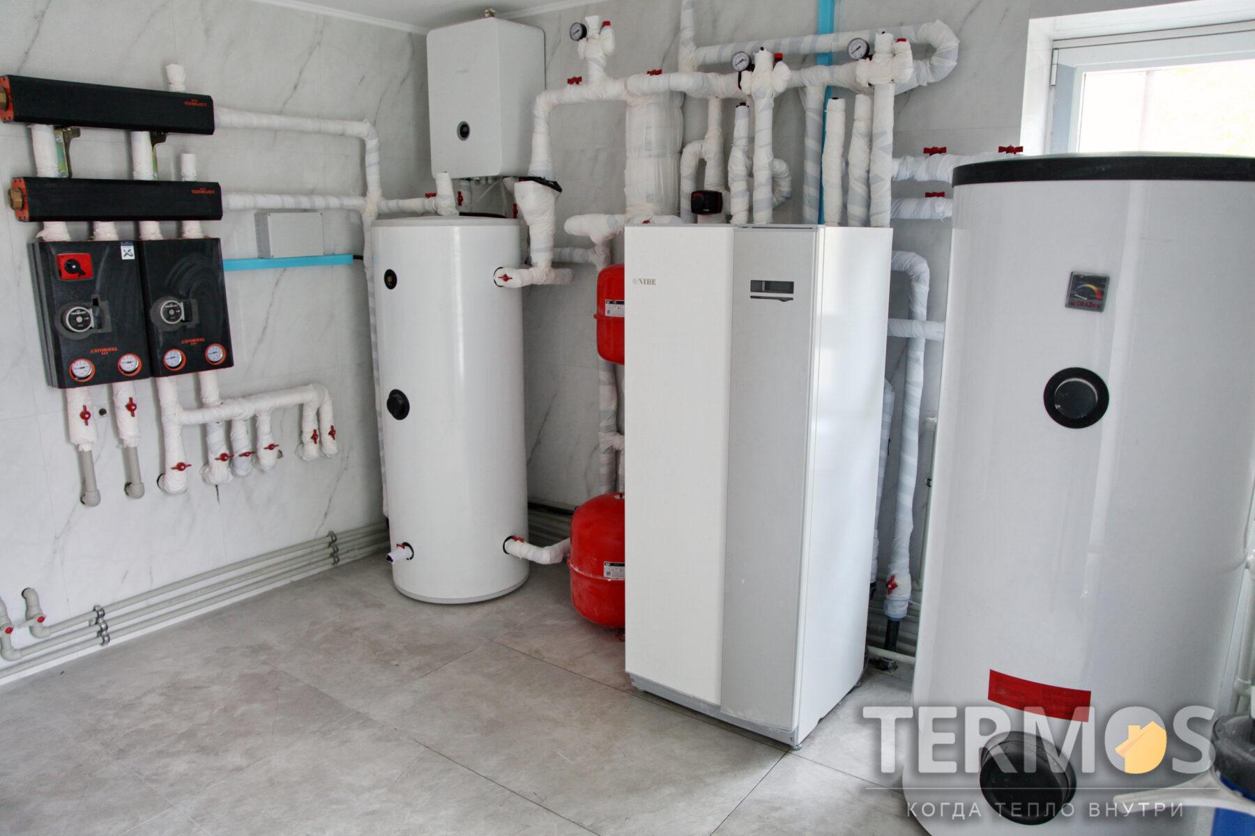 Плюты. Коттедж 280 м.кв. Низкотоемпературная система отопления теплым полом, отопление/охлаждение контуром настенных фанкойлов