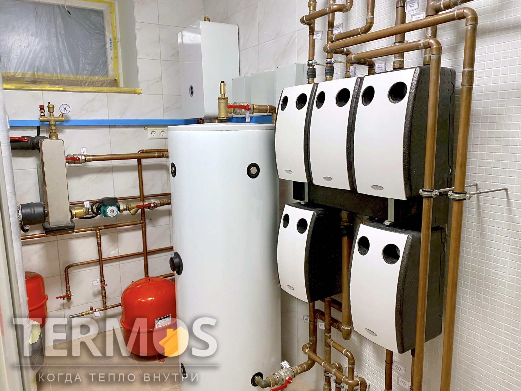 Борщаговка.  Коттедж 650 м.кв. Низкотемпературная система отопления теплым полом. Горячее водоснабжение обеспечивает 500 л. бойлер с теплообменником увеличенной площади